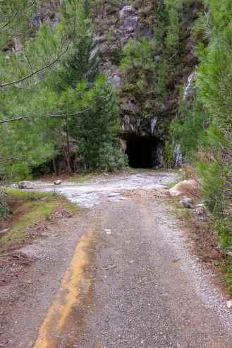 Tunneleinfahrt am Stausee