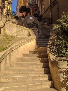Treppen führen auf die Hügel