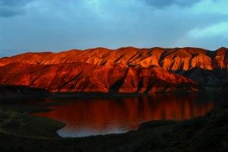 die Abendsonne färbt die Berge blutrot