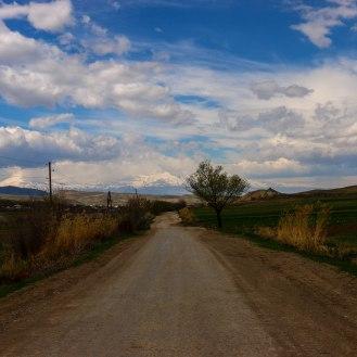 unterwegs, am Ende der Strasse ist der Berg Ararat