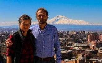 auf der Kaskade Yerevan mit dem Ararat