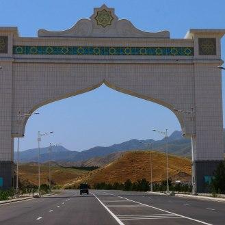 Einfahrt nach Ashgabat