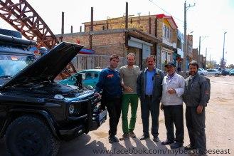 Saipa Mechaniker wollen einen Benz Motor sehen
