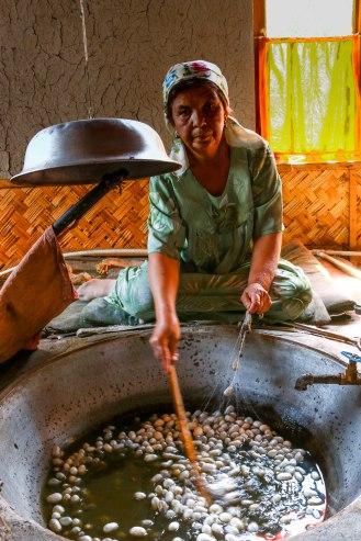 Yodgorlik Silkfactory - ablösen der Seidenfäden vom Kokon