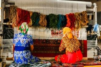 2 Frauen beim Knüpfen eines Wollteppichs