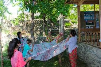 Maulbeerenernte in der Pamir Lodge