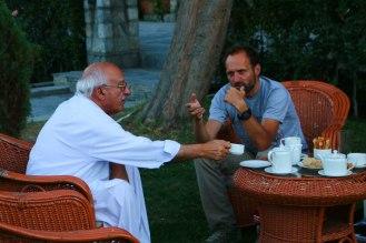 interessante Gepräche im Garten des Serena Hotels in Gilgit
