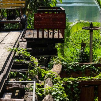 Reste der alten Holzbrücke am River Kwai